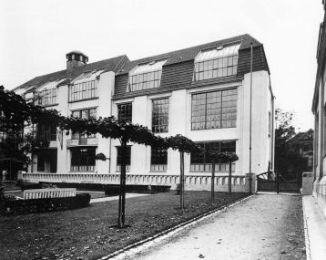 """Kunsthochschule Weimar  Das Gebäude wurde von Henry van de Velde in zwei Bauphasen, 1904 und 1910 – 1911, als Sitz der Großherzoglich-sächsischen Kunstschule errichtet und mit dem 1905 – 1906 fertiggestellten """"Winkelbau"""", der ursprünglich die von van de Velde geleitete Großherzoglich-sächsische Kunstgewerbeschule sowie eine Bildhauerschule beherbergte, 1919 vom Bauhaus übernommen."""