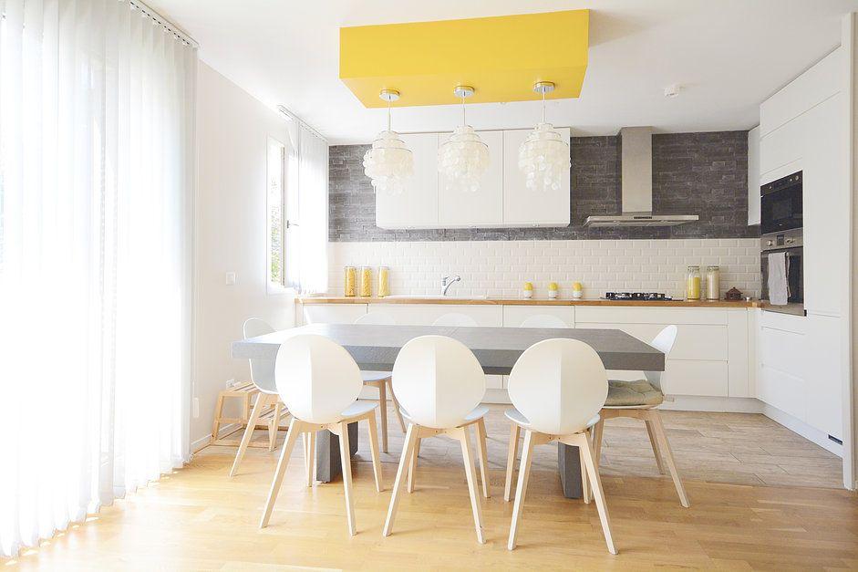 Cuisine blanche grise jaune et bois réalisée par BEYLE INTÉRIEUR ...