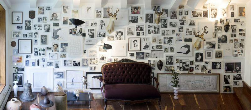 Lealruiz salió de Colombia hace más de tres décadas y reside en Milán, Italia, en donde ha creado con los años una casa y estudio en donde cada detalle está estudiado y cada superficie cuidadosamente pensada para que arte y vida estén tan intrincados que sea imposible separarlos; este conjunto arquitectónico es considerado por el artista como parte integral de su obra. | Juan Lealruiz: Árbol genealógico