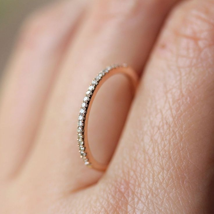 Sehr schmaler Ehering, der auf der oberen Hälfte mit Brillianten besetzt ist. Anmerkung: Ich möchte Eheringe aus Weißgold.