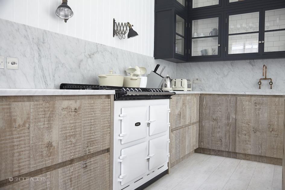 Reforma cocina con armario bajos de madera natural for Armario madera natural
