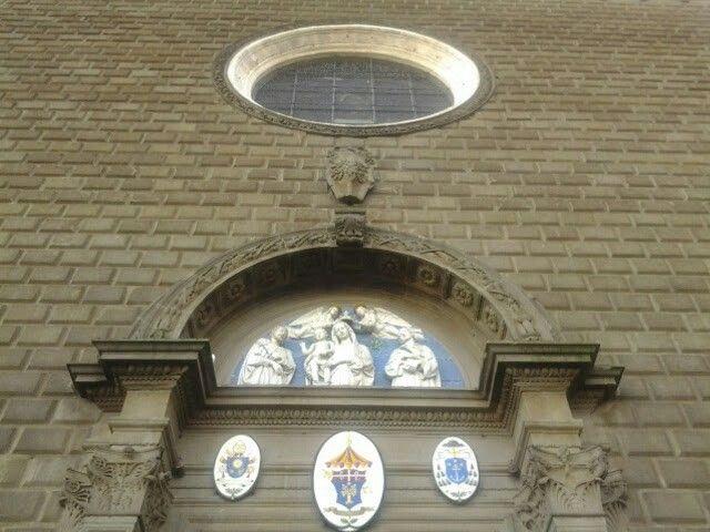 Lunetta in maiolica invetriata opera di Andrea della Robbia