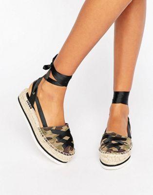 ec7d13239bd Compra Alpargatas anudadas a la pierna JULY de ASOS en ASOS. Descubre la  moda online.