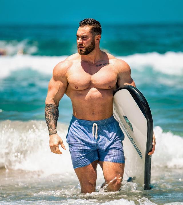 Chris Bumstead Looking Thicc Af Bodybuilding Muscular Men Big Muscle Men Muscle Men