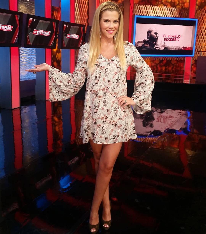 Gaby Crassus - Tv Presenter Venezuela Crossing Leg