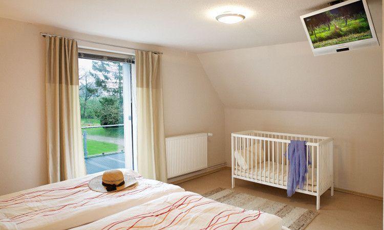 Das Elternschlafzimmer Besitzt Einen Kleinen Fernseher Ein Grosses