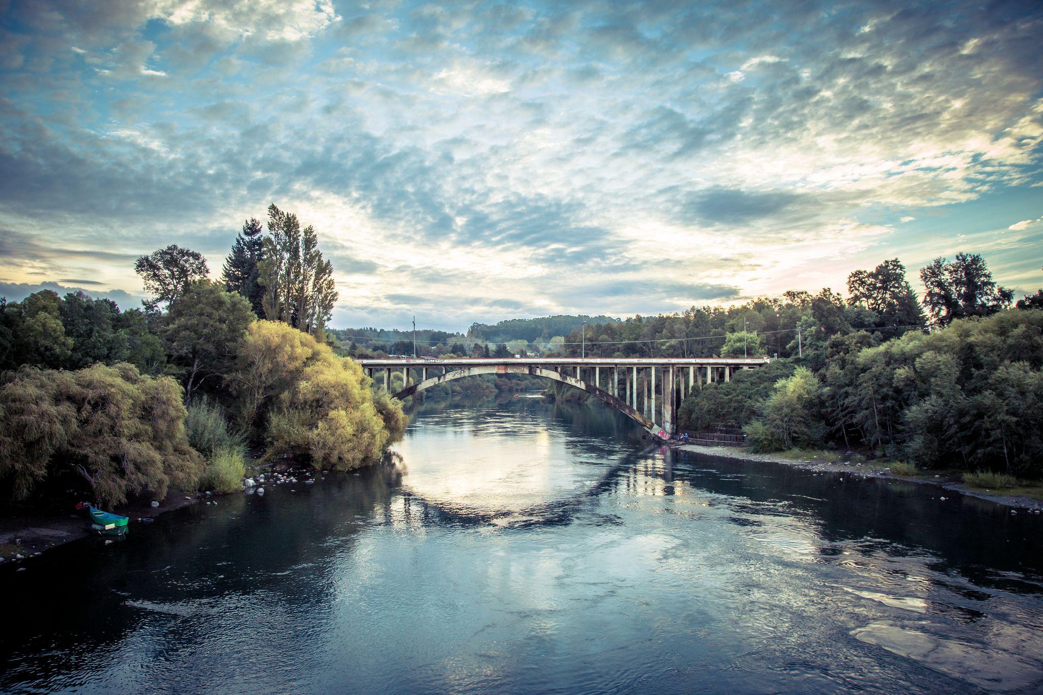 https://flic.kr/p/xJAaHA | Río Toltén | Ahora transformado en una vía peatonal, anteriormente servía como único acceso a la ciudad desde la ruta de Freire. Villarrica, Región de La Araucanía. Chile.