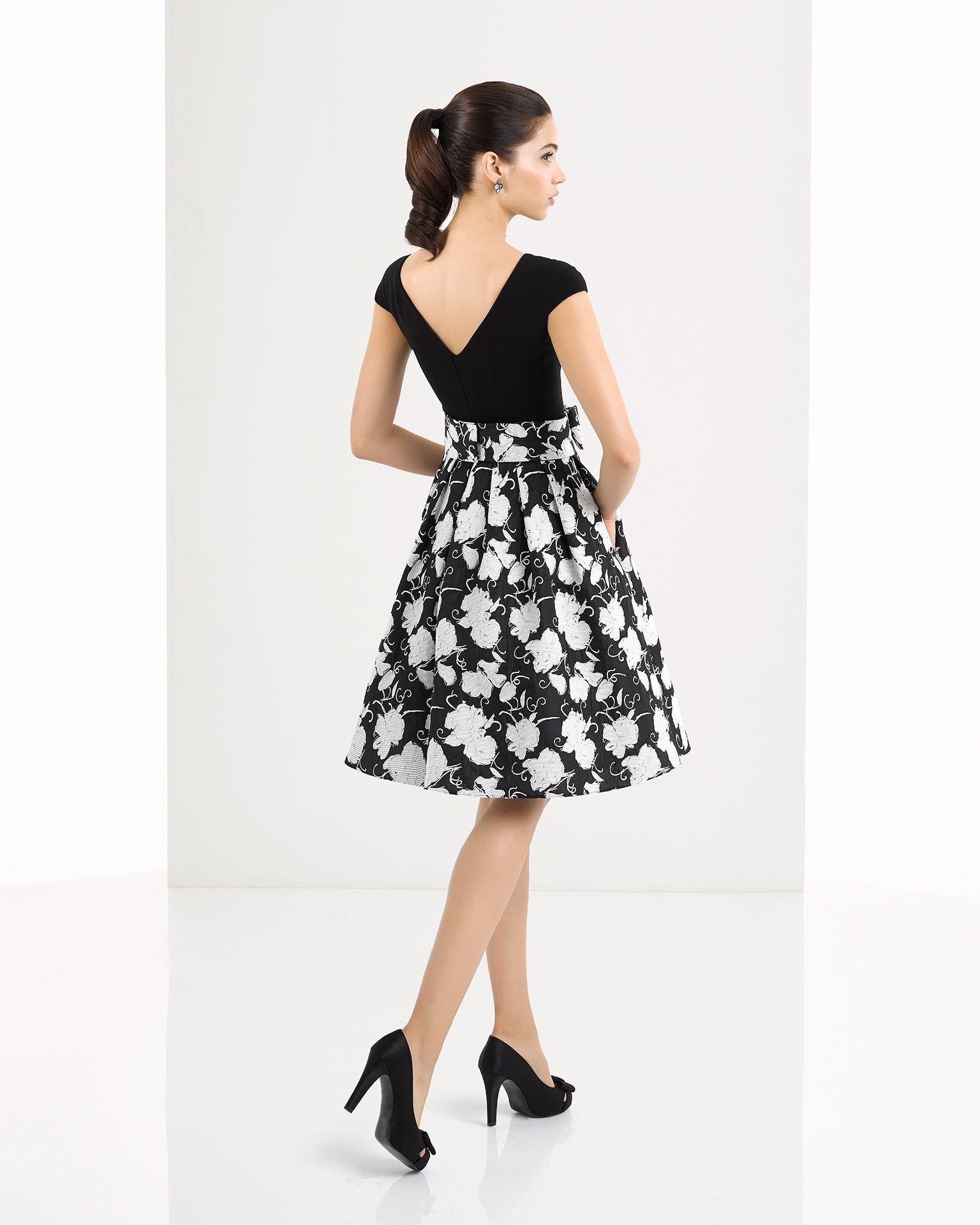 Vestido corto clásico de costura con cuerpo de crepe con cuello ...