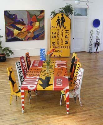 Atrévete con la decoración de reciclaje. Mira estos muebles con señales de tráfico.