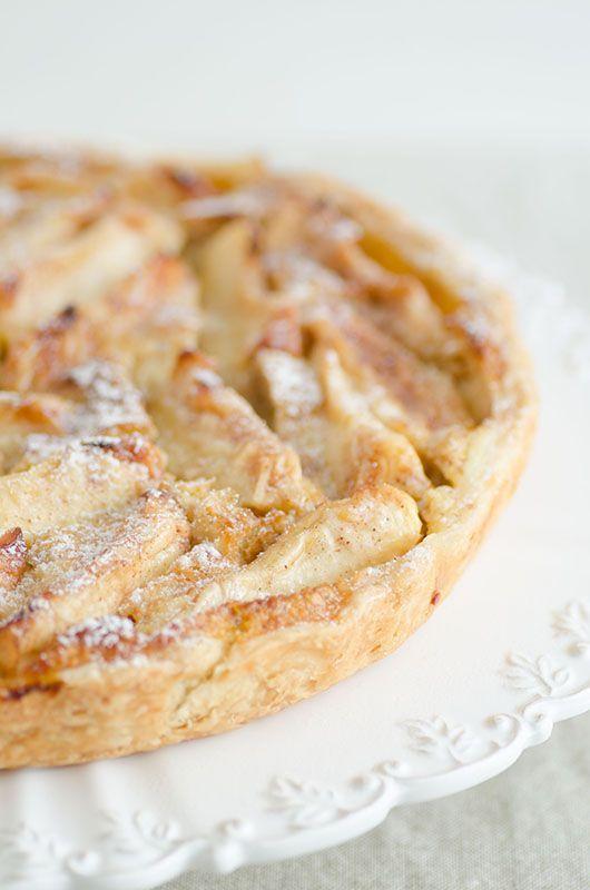 Un guscio di pasta sfoglia ripiena di mele e panna cremosa.
