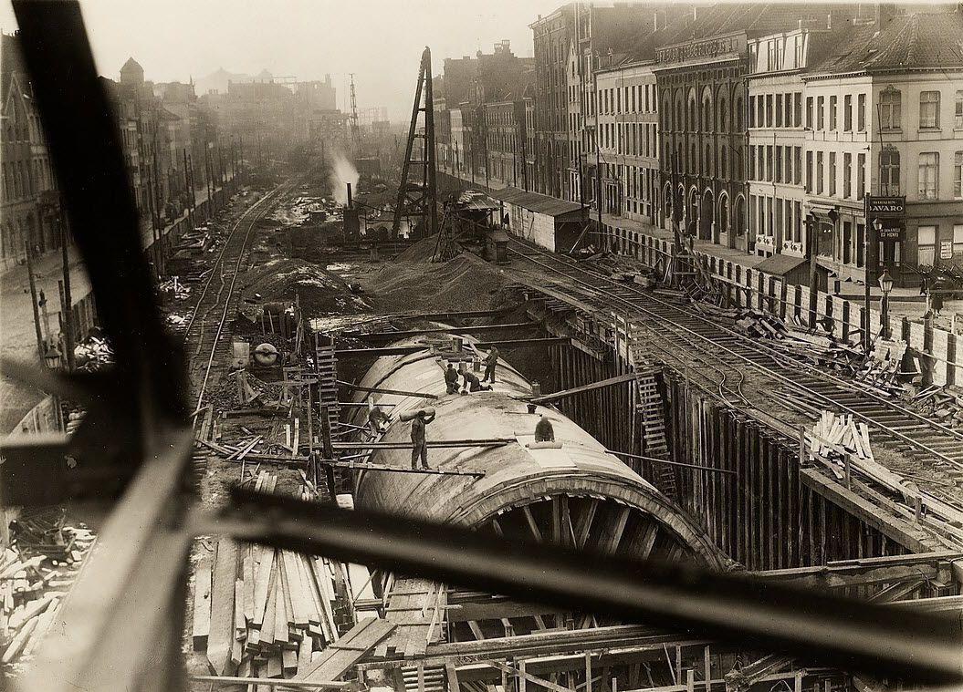 """De Ankerrui, de Oude Leeuwenrui, de Brouwersvliet, tijdens de aanleg van de voertuigentunnel, eind jaren 1920. Rechts het """"Felixpakhuis"""", momenteel archief van de Stad Antwerpen."""