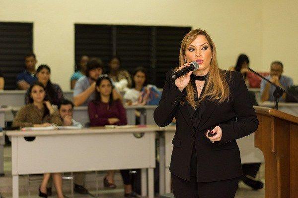 Linda Valette imparte conferencia sobre Marketing Financiero