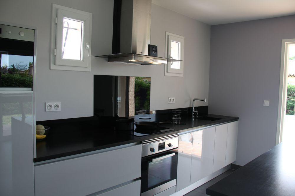Meubles laqués gris clair brillant Plan de travail en granit - peinture plafond mat ou brillant