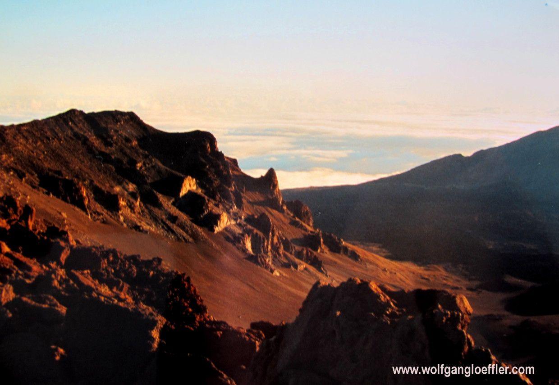 """Der Name Haleakala bedeutet """"Haus der aufgehenden Sonne"""". Und so hat es sich eingebürgert, dass man zum Sonnenaufgang hier hoch fährt. Was allerings heißt morgens um 2 am Hotel loszufahren. Ist es aber defintiv wet."""
