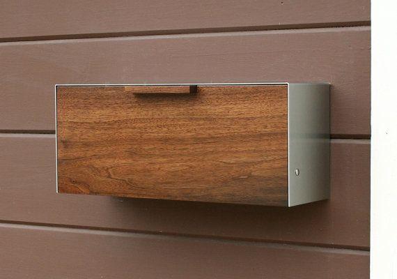 Cette boîte aux lettres en acier inoxydable et noyer mesure 18 W x7.5 H x 5,5 « D. Jai conçu cette boîte aux lettres après la boîte aux lettres des