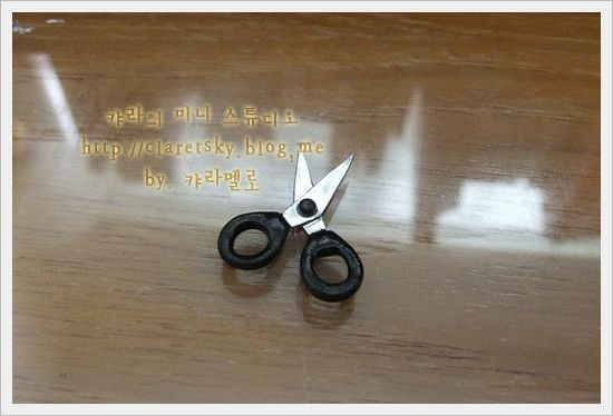 Miniature scissors--great tutorial! Not in English but you can follow the pictures