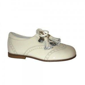 339e04d3 Zapato inglés clásico niño Landos en charol beige con borlas ...