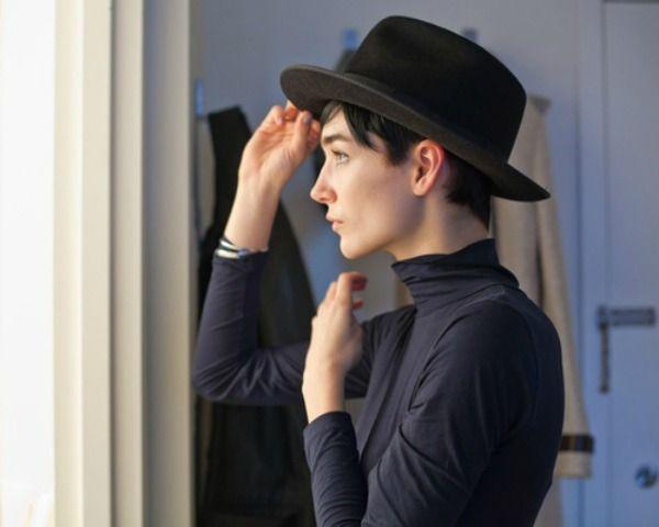 A HERMOSA VIDA POCO  Corto Pixie cabello con sombreros  Sí usted puede  oscilar un sombrero de ala! a75f5268a8e