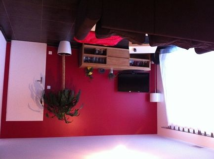Salon avec un mur framboise home sweet home pinterest - Deco salon rouge et blanc ...