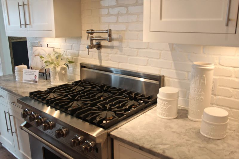 die besten 25 white brick backsplash ideen auf pinterest bauernhaus waschk chen waschk che. Black Bedroom Furniture Sets. Home Design Ideas