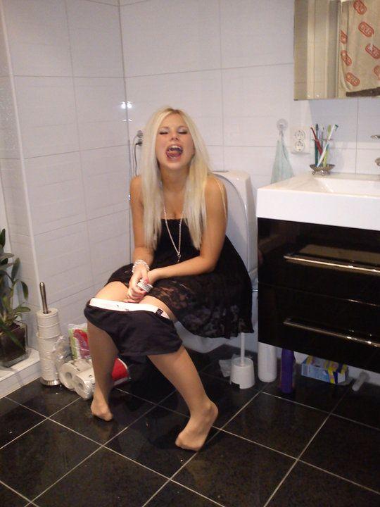 sexy-girls-on-toilet