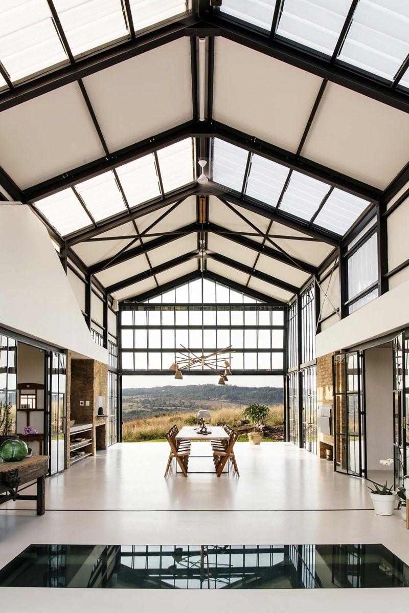 Maison d'architecte esprit loft avec plafond cathédrale, charpente en métal.
