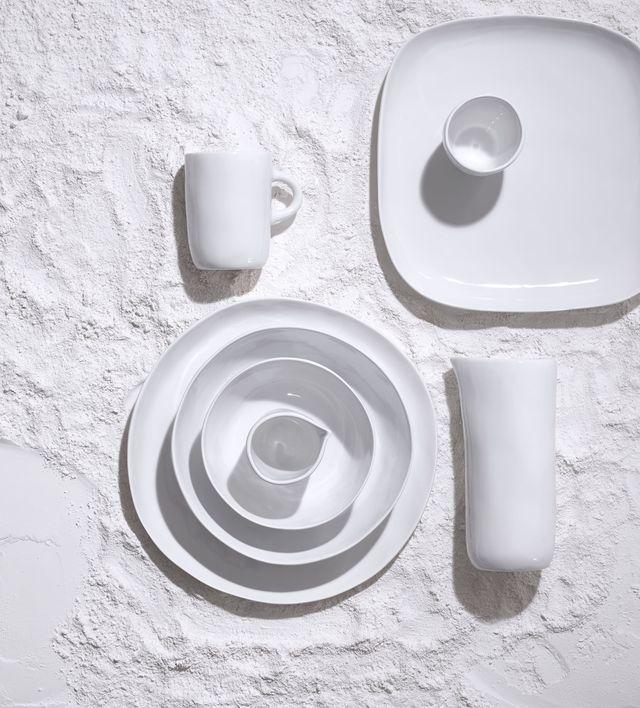 Coast, la ligne d'art de la table en porcelaine signée Tina Frey pour Habitat : à partir de 4,50 euros la tasse à café, 9,60 euros le bol, 11,50 euros l'assiette à dessert et 45 euros le saladier