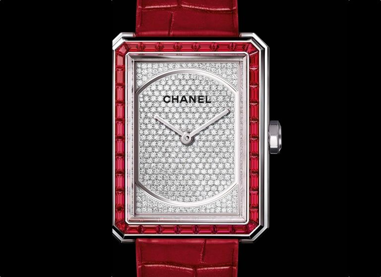 An oversized dial adorned with gems gives a precious twist to the androgynous style of the BOY-FRIEND watch. CHANEL's exceptional jewelry creativity and know-how sparkle on these daring variations. Red for passion. Straight lines for androgynous allure. A diamond-set dial. The BOY-FRIEND watch is now available in a numbered 'Rubis' edition that exudes the fiery spirit of rubies. Name: BOY
