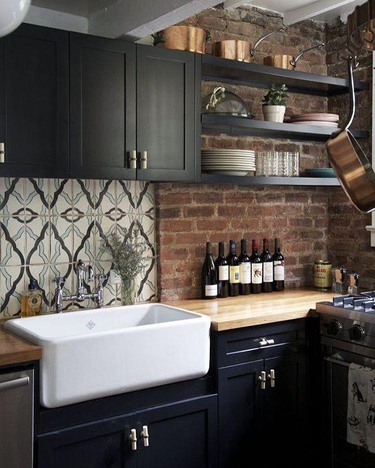 30 Awesome Kitchen Backsplash Ideas For Your Home 2017: Cozinha Com Parede De Tijolinhos E Armários Preto. Fonte