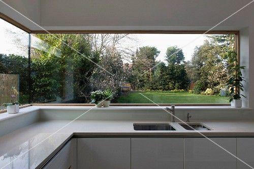Panoramafenster mit Blick in den Garten in heller Designer-Küche aus - möbel martin küche