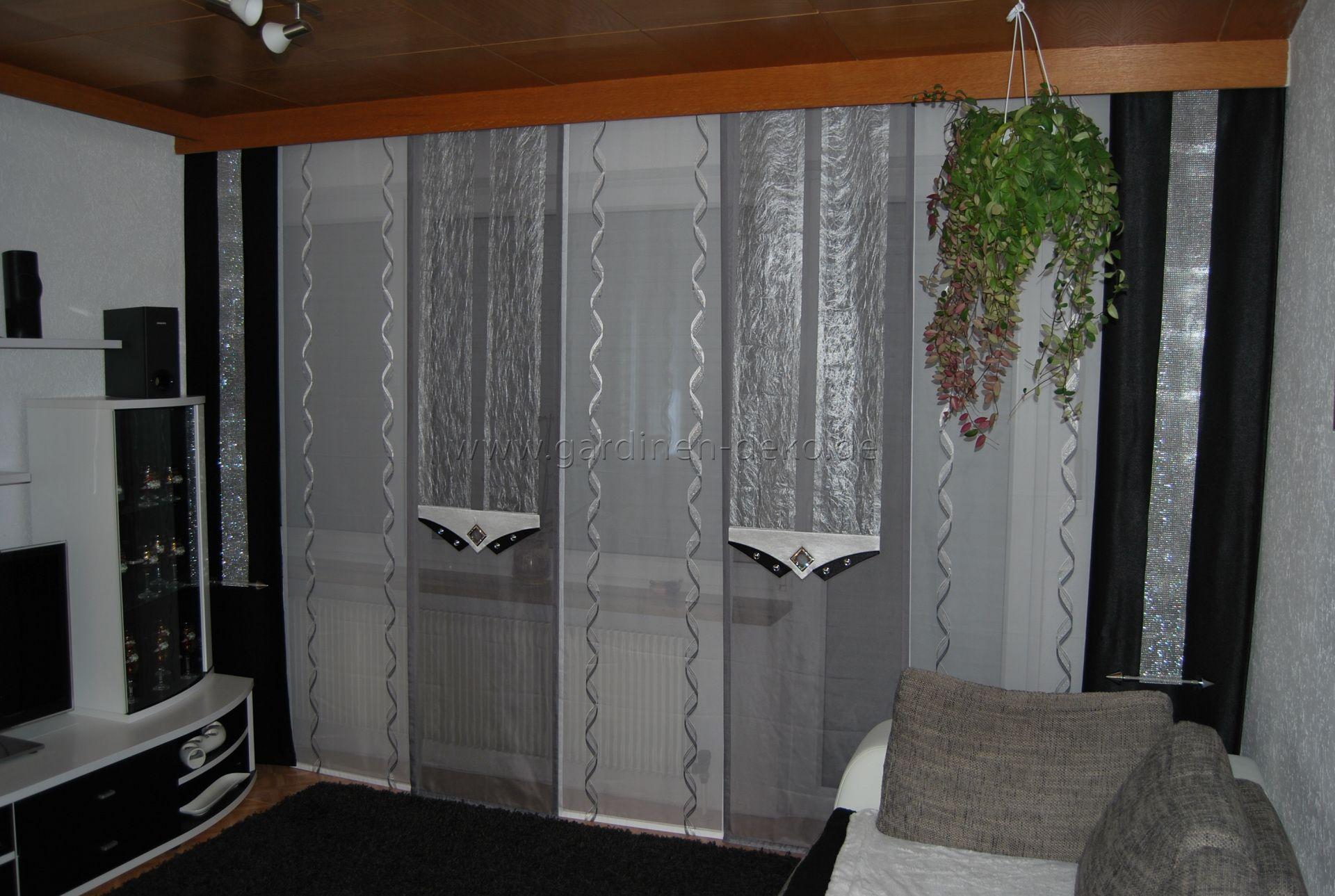 wohnzimmer schiebevorhang in wei silber und grau mit dunklen seitenschals http www. Black Bedroom Furniture Sets. Home Design Ideas