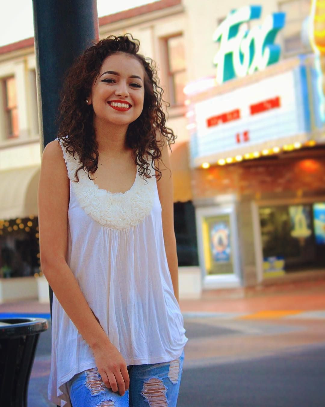 @paulitos_photography... #seniorpictures #photography #friend #beautiful #canon #colorful #taftfoxtheater