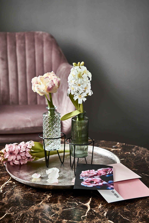 It S A Match Hier Sorgen Minimalistische Dekoobjekte In Metalloptik Kunstblumen In Dezenten Farben Und Glasvasen Fur Einen In 2020 Tisch Dekorieren Dekor Dekoration