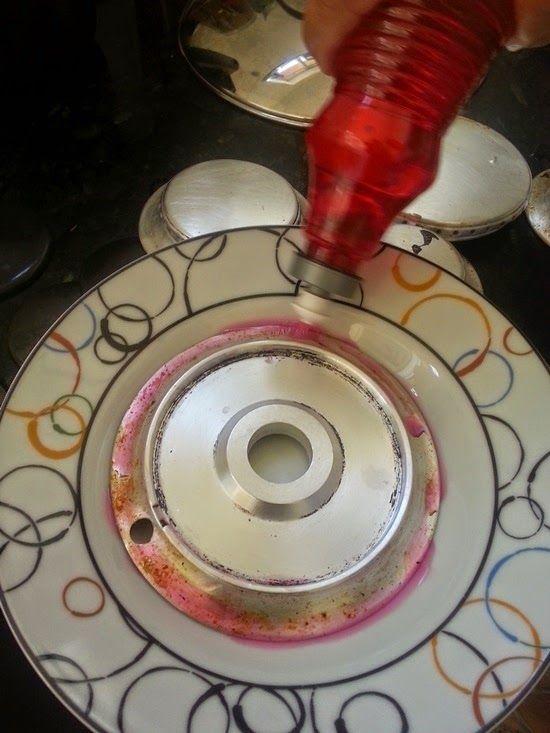 Há duas formas para facilitar a limpeza dos queimadores de alumínio do fogão.   Uma delas é fervê-los em uma panela com água suficiente p...
