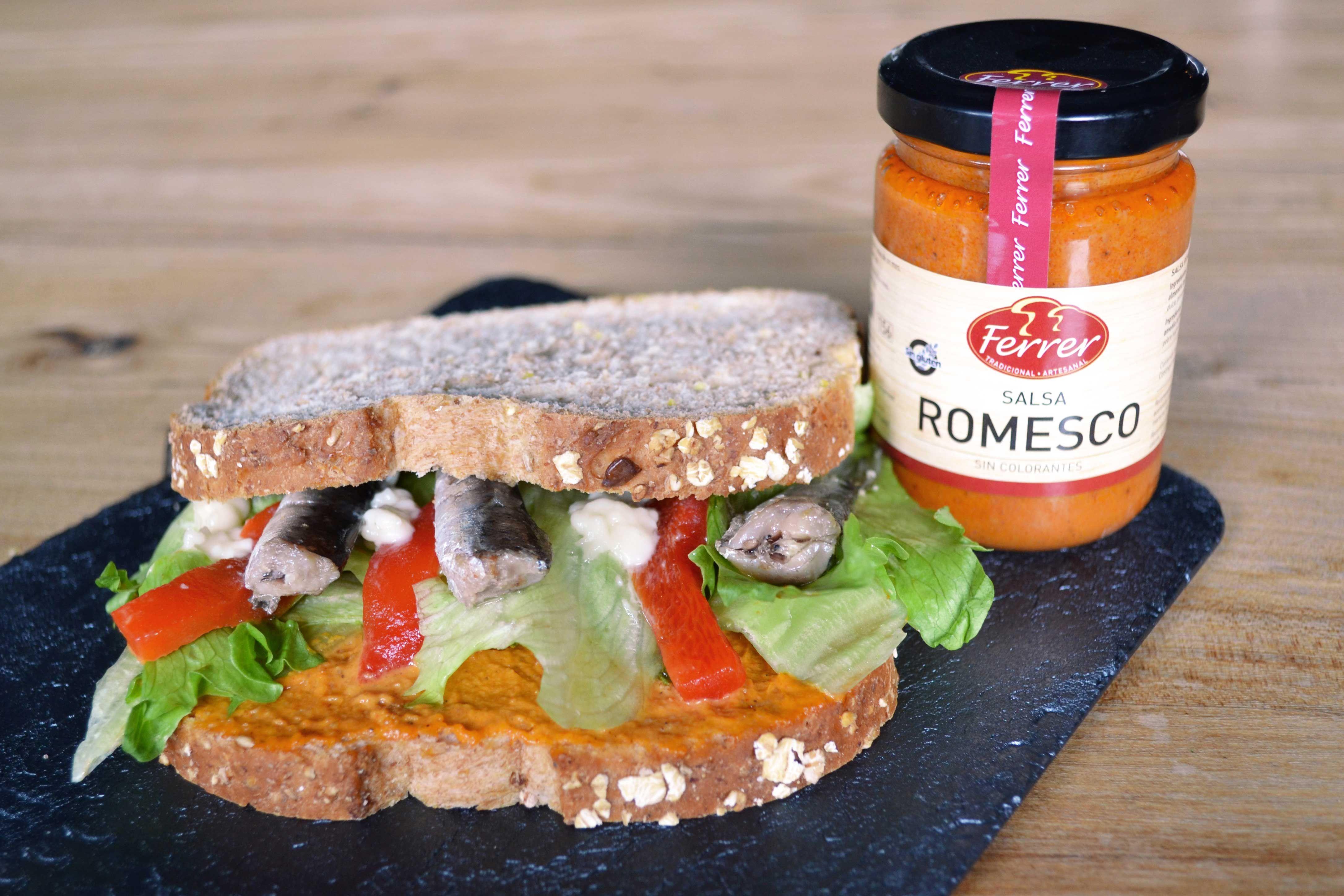 Sándwich de sardinillas con salsa romesco