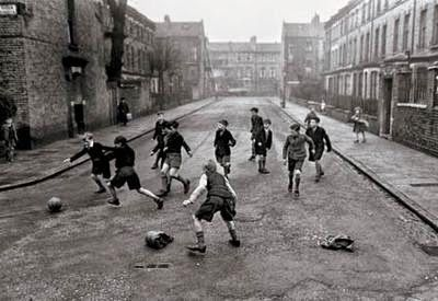 El fútbol en la calle y la pérdida de sus beneficios http://futbolenpositivo.com/index.php/el-futbol-en-la-calle-y-la-perdida-de-sus-beneficios/