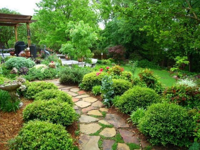 garten gehweg ideen bruchsteine buchsbaumkugeln reihen Garten