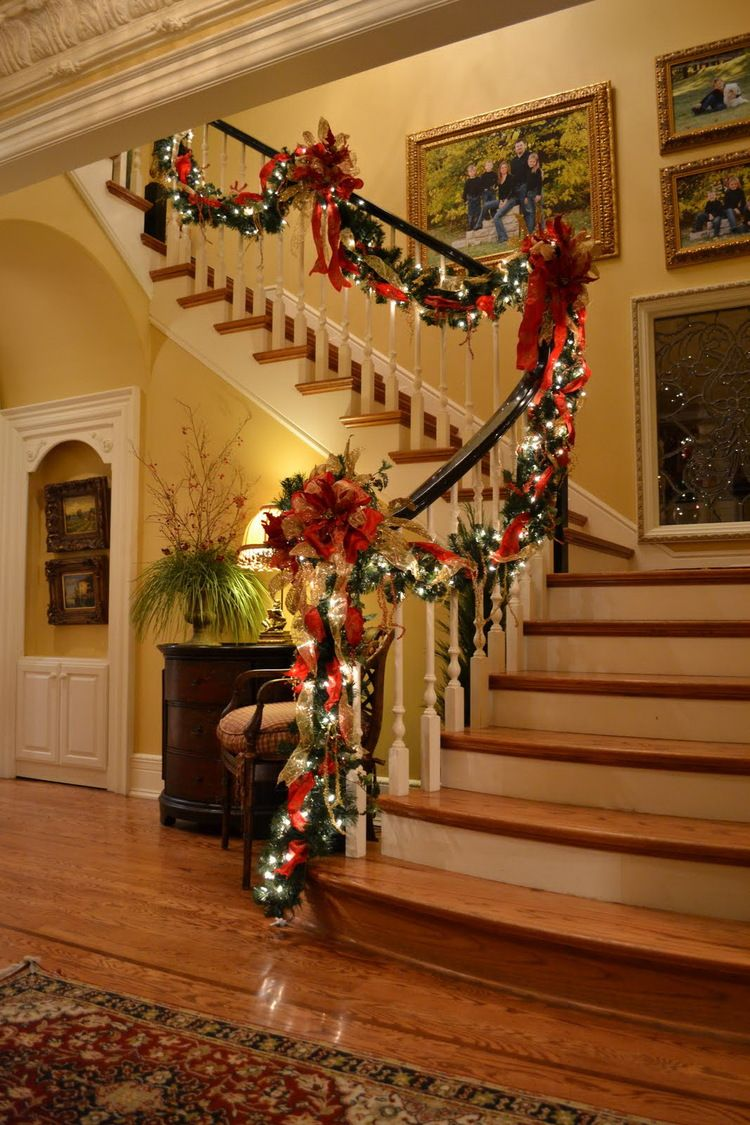 50 stunning christmas staircase decorating ideas no l. Black Bedroom Furniture Sets. Home Design Ideas