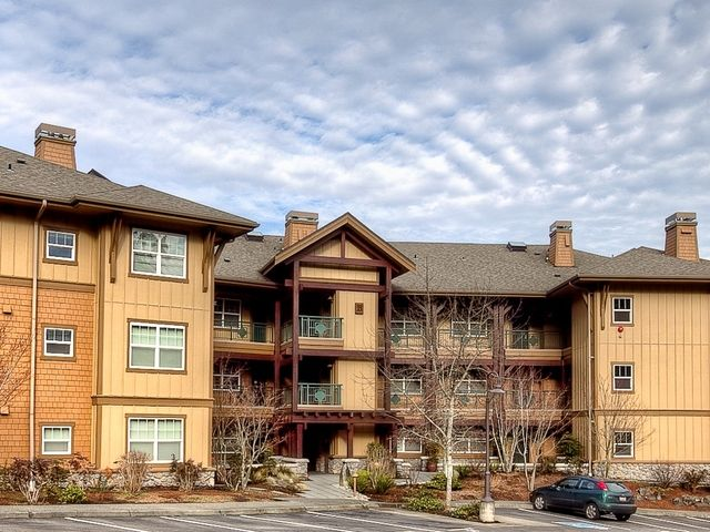Ideal top floor condo in the resort like community of Kelkari. Kelkari offers newly painted exterior and newly landscaped grounds all backing to a serene greenbelt. Enjoy the terrific clubhouse with full kitchenette, barbeques and outdoor patio. Perfect for entertaining. Easy access to Squak Mountain trails and downtown Issaquah. This 3 bedroom, 2 bath home features natural light, designer paints and updated kitchen with granite counters. Master suite with vaulted ceilings and 5-piece bath.