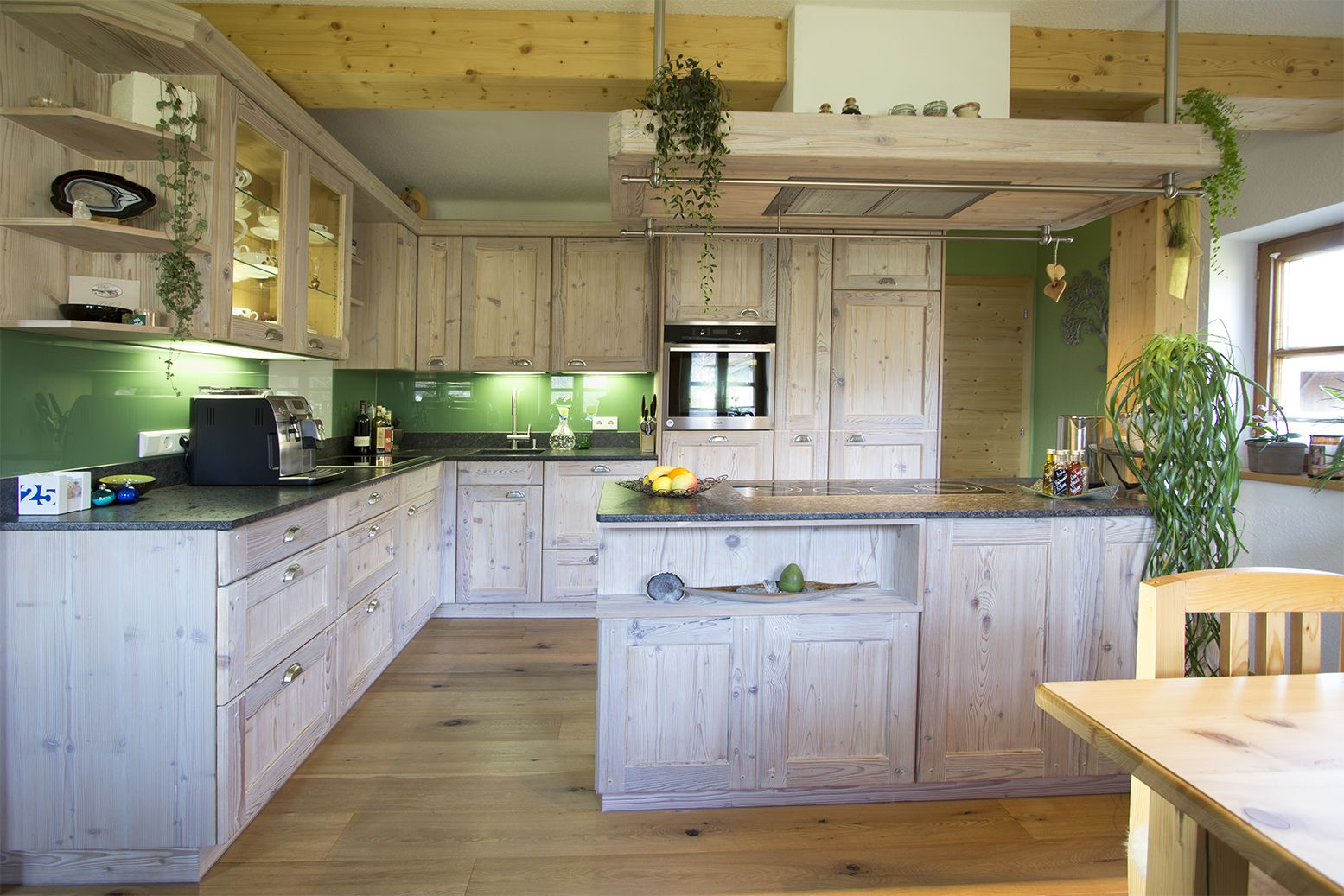 Landhausküche in Fichte Altholz weiß gekalkt. Mit grüner