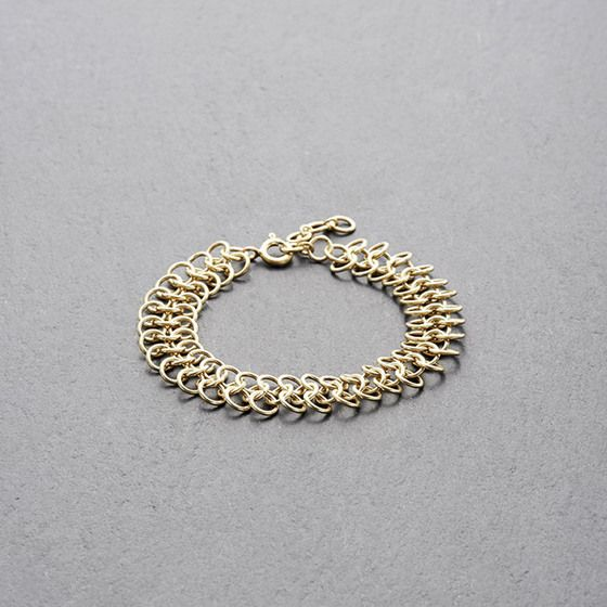 WELIGAMA BRACELET GOLD // Interlocking ring-bracelet in matt-finished gold-plated sterling silver. // This bracelet has an understated elegance that makes it suitable for any occasion and a beautiful wardrobe staple. The interlocking rings are soothing to the touch and fluid in motion. // shop.kinsfo.lk