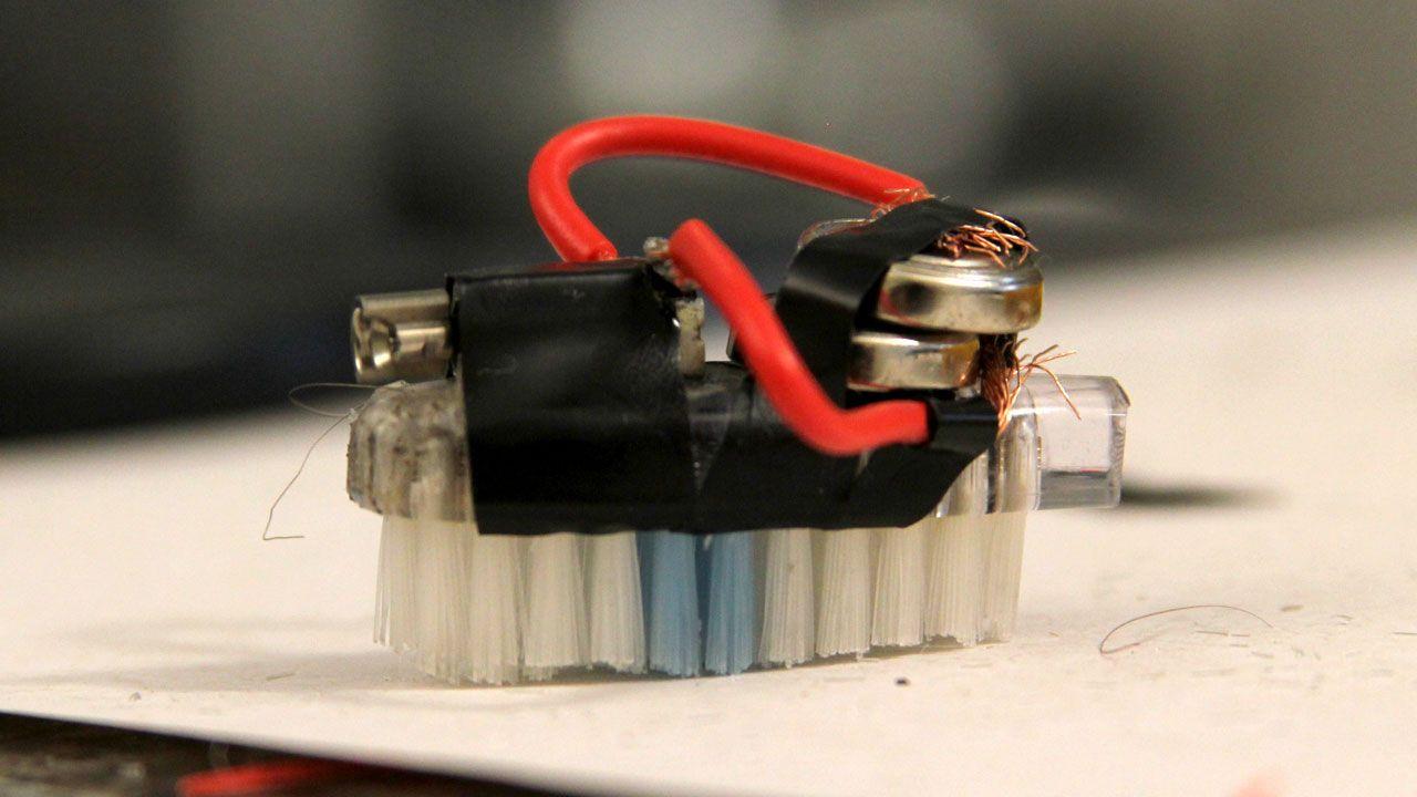9e56373ee51 Aprenda de forma fácil como fazer uma Barata Elétrica (mini robô caseiro).  Com materiais simples o vídeo ensina a como construir robô caseiro.
