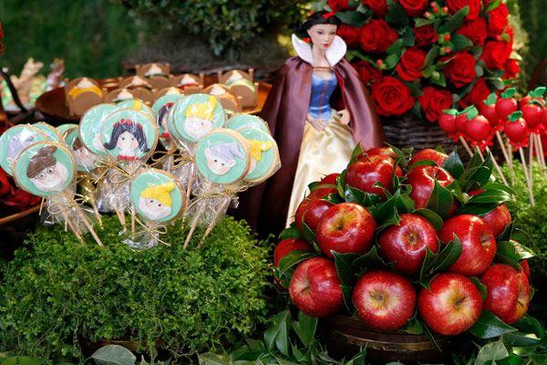 eh!DÉCOR: Festa com tema Branca de Neve. Lembrancinhas artesanais, maçã, anões e tudo mais. veja + no blog.