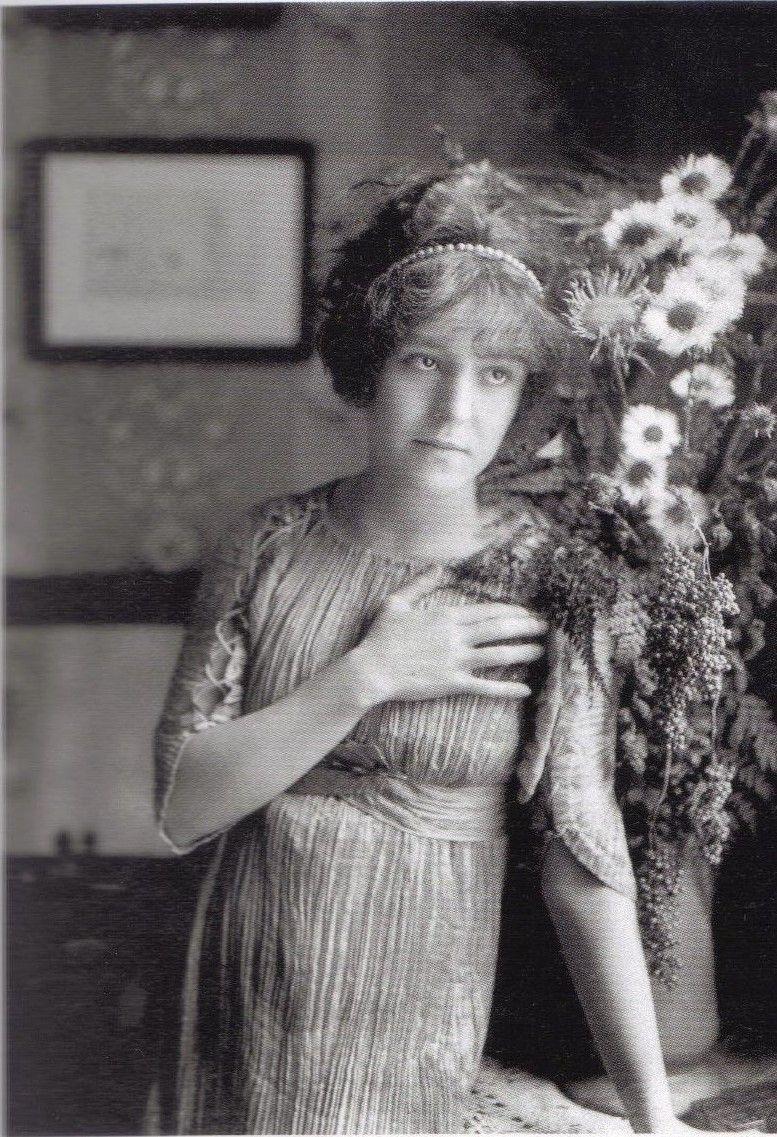 1910 - Régine Flory in Delphos dress by Fortuny   Historia de la moda