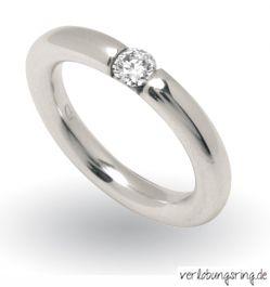 Klassischer Verlobungsring Mit Eingelassenem Stein In Der