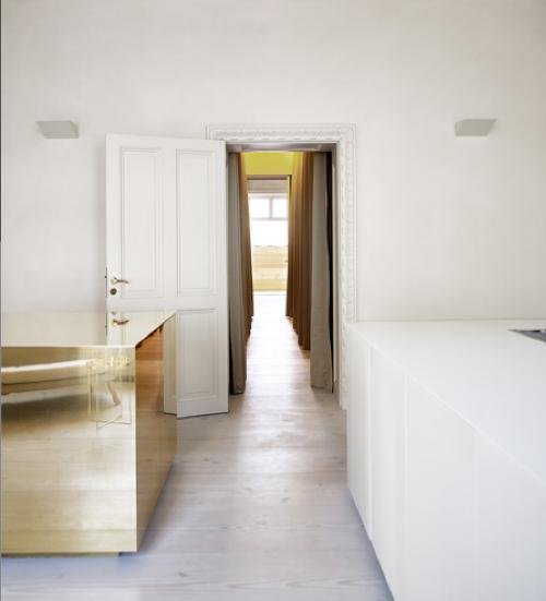 brass kitchen island / Interior * Minimalism by LEUCHTEND GRAU http://www.leuchtend-grau.de/2014/04/helles-apartment-mit-kuchenblock-aus.html