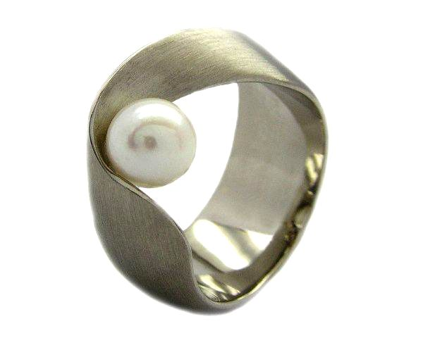 Cardillac pearl ring by Carla and Paul Steenbrink