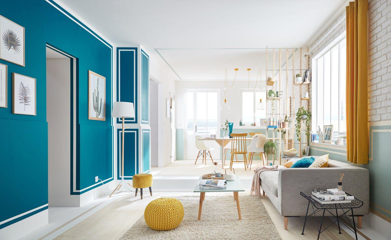 Moulures Revisitees Pour Un Espace Contraste Par Des Bleus Profond Et Des Verts D Eau Salon Colore Decoration Salon Bleu Salon Bleu