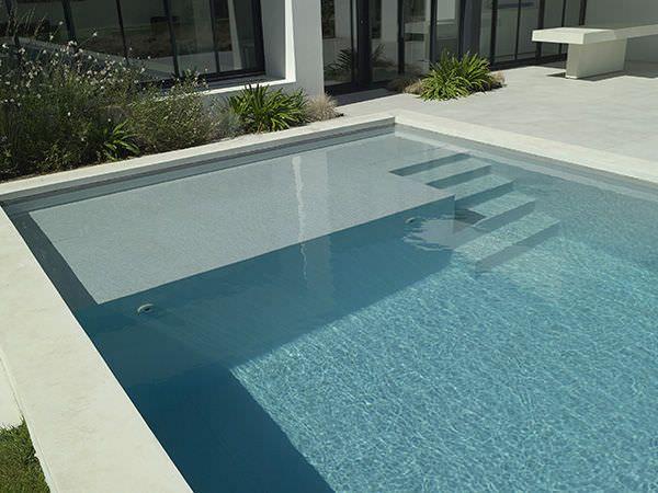 Piscine enterr e en b ton d 39 ext rieur escalier for Carrelage pour piscine beton
