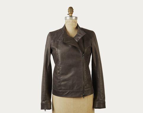 On aime le côté sobre et chic de la veste perfecto en cuir italien de @m0851. Un style indémodable qui ne fera qu'embellir avec les années d'usure ! 810 $.
